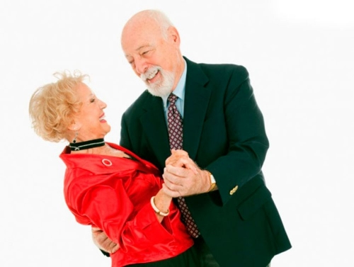 На том же месте и в тот же час. Пенсионеры Миасса встречают праздники танцами
