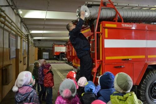 В форме спасателя. Пожарные Миасса готовы научить и оградить