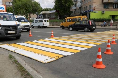 Благоустройство и безопасность. В Миассе восстанавливают дорожную разметку на пешеходных переходах