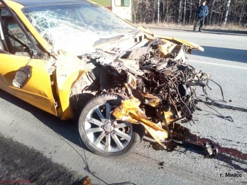 Водитель скончался, автомобиль – всмятку. На Тургоякском шоссе произошло лобовое столкновение