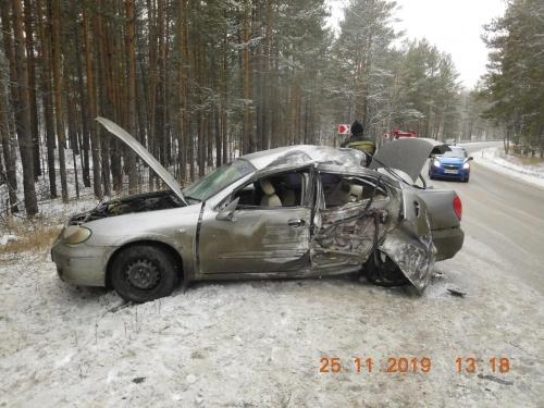 Не выбрала безопасную скорость. Автоледи из Миасса вылетела с дороги и врезалась в дерево