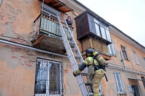 Лишились жилья, но живы. В Миассе в огне едва не погибли отец с сыном