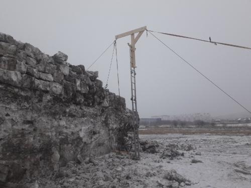 Грязь со снегом. В Миассе возводят крепость из снега с помощью подъёмного крана