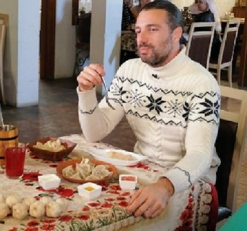 Пельмени с шампанским. Итальянский ведущий телешоу «Поедем, поедим!» нашёл в Миассе любимый десерт